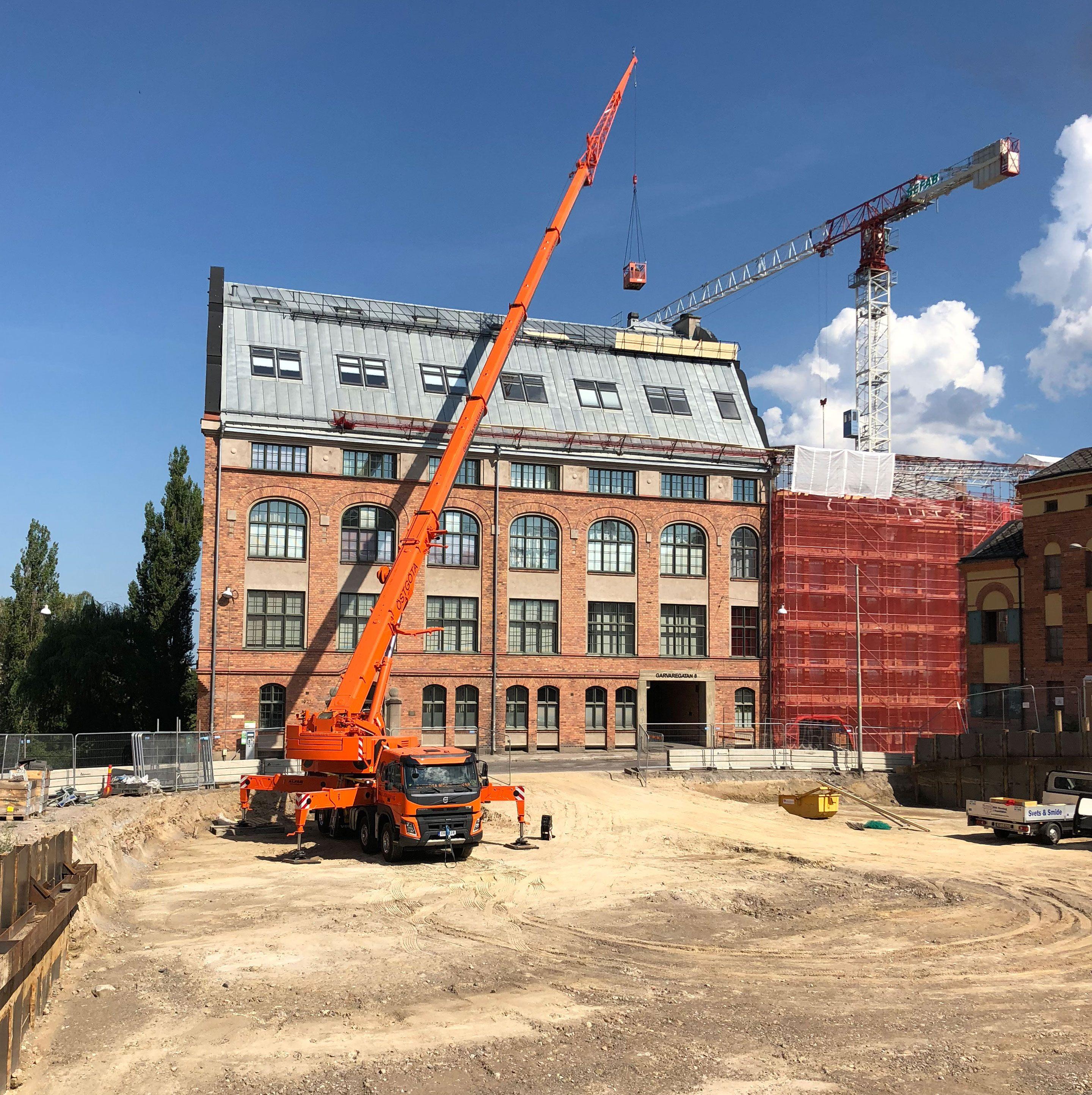 referensbild på kran och byggarbetsplats från projekt med KG Hjelmgrens
