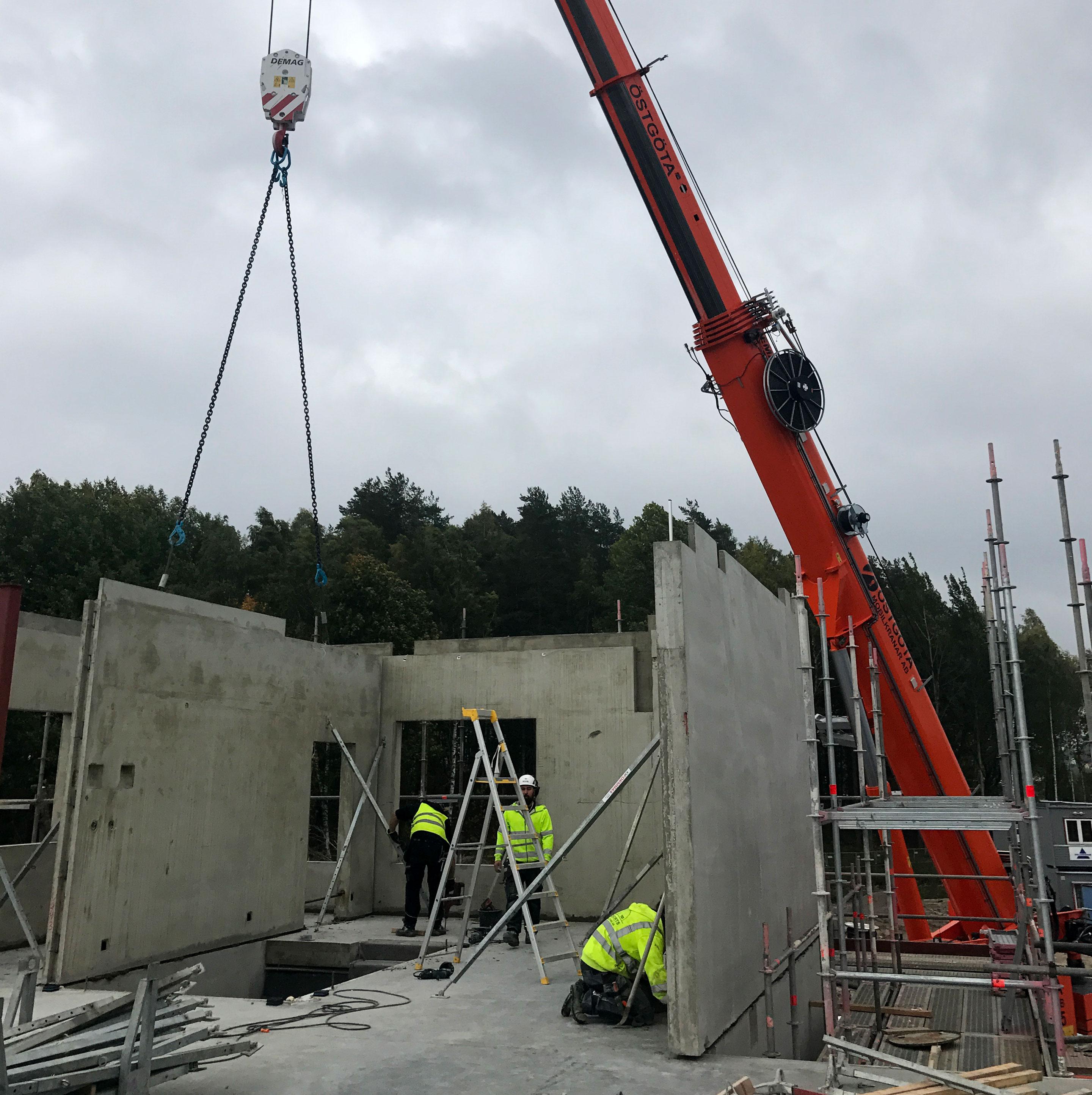referensbild på kran och byggarbetsplats från projekt med Erlandsson bygg